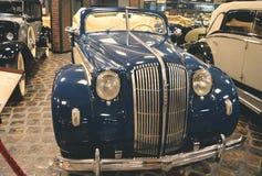 MOSKVA RYSSLAND - JANUARI 6, 2018: Vadim Zadorozhny Technology Museum bil Opel Admiral Cabriolet royaltyfri bild