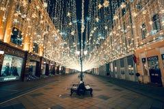 Moskva Ryssland, 2018 Jul och det nya året tänder på den Nikolskaya gatan Arkivbild
