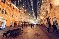 Moskva Ryssland, 2018 Jul och det nya året tänder på den Nikolskaya gatan Arkivfoto