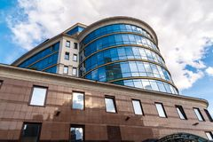 MOSKVA RYSSLAND - Juli 24 2017 Administrativ kontorsbyggnad på Trubnaya gata 2 Arkivbilder