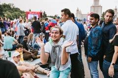 MOSKVA RYSSLAND - JULI 2018: Dansa och le ryska fotbollsfan i fanzonen under världscupen Arkivbild
