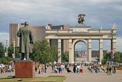 MOSKVA RYSSLAND - JULI 04, 2009: Den huvudsakliga ingången till utställningmitten VDNKh Royaltyfria Bilder