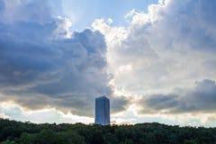 Moskva/Ryssland - Juli 23, 2013: en ensam högväxt byggnad mot bakgrunden av träd och en stormig himmel royaltyfri fotografi