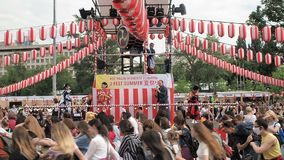Moskva Ryssland - Juli 16, 2017: Folket dansar dansen av Bon Odori stock video