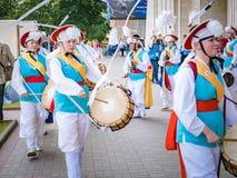 Moskva Ryssland, Juli 12, 2018: Koreanska traditionella musikinstrument En grupp av musiker och dansare i ljust Fotografering för Bildbyråer