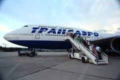 Moskva RYSSLAND - JULI 28: Passagerare som stiger ombord en nivå på Juli 28, 2014 Royaltyfri Foto