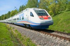 MOSKVA RYSSLAND, JULI 12, 2010: Pendolino Sm6 för det snabba drevet ALLEGRO kör den ryska järnvägen Snabbt drev för Moskvastångvä Arkivfoto