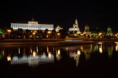 Moskva Ryssland - Juli, 17 2016: Sikt av MoskvaKreml på natten med reflexion i floden och skuggan av skeppet Royaltyfri Fotografi