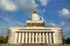 MOSKVA RYSSLAND - JULI 14, 2014: Sikt av sovjetisk byggnad i VDNH-utställningmitt Arkivfoton