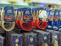 MOSKVA RYSSLAND - JULI, 10, 2018: Souvenirproduktion, gåvor med logo på hyllorna av den officiella souvenir shoppar, världen Royaltyfri Bild
