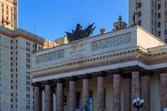 Moskva Ryssland - Juni 02, 2018: Arkitektonisk helhet med kolonner över på ingången till ms för Lomonosov Moskvadelstatsuniversit Royaltyfria Bilder
