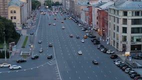 MOSKVA RYSSLAND - JUNI 23, 2016 Bilar flyttar sig ner gatan arkivfilmer