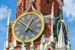 Moskva Ryssland - Juni 02, 2019: Chimes tar tid på av det Spasskaya tornet av MoskvaKremlcloseupen på en bakgrund för blå himmel  royaltyfria bilder