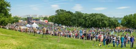 MOSKVA RYSSLAND - JUNI 07, 2015: De festivaltiderna och epokerna Arkivbild