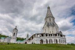 MOSKVA RYSSLAND - JUNI, 4, 2017: Dramatiska moln över kyrkan av uppstigningen, Kolomenskoye parkerar, Moskva, Ryssland Arkivbild