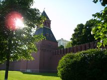 Moskva Ryssland - 1 Juni 2009: Ett torn av Kremlväggen fotografering för bildbyråer