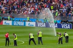 Moskva Ryssland - Juni 14, 2018: Fältförberedelse på stadion Arkivfoton