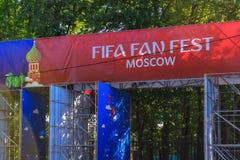 Moskva Ryssland - Juni 02, 2018: Fanzon av festivalen av festen 2018 för fanFIFA fan på sparvkullarna i Moskva Arkivbilder