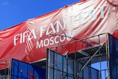 Moskva Ryssland - Juni 02, 2018: Fanzon av festivalen av festen 2018 för fanFIFA fan på sparvkullarna i Moskva Royaltyfri Fotografi