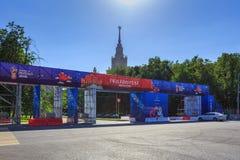 Moskva Ryssland - Juni 02, 2018: Fanzon av festivalen av festen 2018 för fanFIFA fan på sparvkullarna i Moskva Arkivfoton
