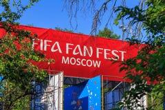 Moskva Ryssland - Juni 02, 2018: Fanzon av festivalen av festen 2018 för fanFIFA fan på sparvkullarna i Moskva Royaltyfri Bild
