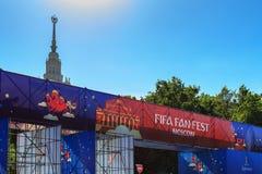 Moskva Ryssland - Juni 02, 2018: Fanzon av festivalen av festen 2018 för fanFIFA fan på sparvkullarna i Moskva Arkivbild