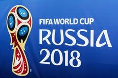 MOSKVA RYSSLAND - 14 Juni, 2018 fläktar det officiella emblemet, logo av den 2018 världscupen FIFA 2018, FIFA festen Arkivfoton