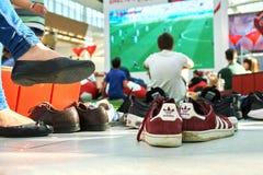 Moskva Ryssland - Juni 16,2018 Folk som håller ögonen på en Fifa-världscupradioutsändning på den stora skärmen i argeköpcentrum Royaltyfria Foton