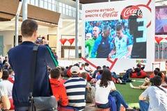 Moskva Ryssland - Juni 16,2018 Folk som håller ögonen på en Fifa-världscupradioutsändning på den stora skärmen i köpcentrum Arkivbilder