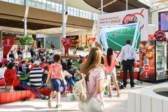 Moskva Ryssland - Juni 16,2018 Folk som håller ögonen på en Fifa-världscupradioutsändning på den stora skärmen i köpcentrum Arkivfoton