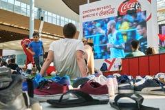 Moskva Ryssland - Juni 16,2018 Folk som håller ögonen på en Fifa-världscupradioutsändning på den stora skärmen i köpcentrum Arkivbild