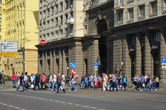 Moskva Ryssland - Juni 03 2016 Folk som korsar vägen på gatan Krasnoprudnaya Arkivfoton