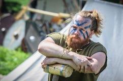 MOSKVA Ryssland-Juni 06,2016: Forntida viking krigare med den målade framsidan och stor hammare i hans händer fotografering för bildbyråer