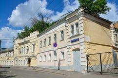 Moskva Ryssland, Juni, 12, 2017, inget, Serebryanichesky gränd i sommar i molnig dag Byggnader av 18-19 århundraden Royaltyfria Bilder