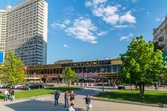 Moskva Ryssland -03 Juni 2016 Kaféer och shoppar i Novy Arbat Fotografering för Bildbyråer
