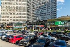Moskva Ryssland -03 Juni 2016 Kaféer och shoppar och packar ihop i Novy Arbat Royaltyfri Foto
