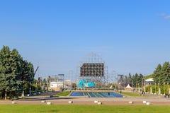 Moskva Ryssland - Juni 02, 2018: Konstruktion av fanzonen för den FIFA fanfesten 2018 på sparvkullarna i Moskva Royaltyfri Foto