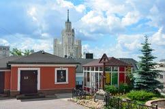 Moskva Ryssland, Juni, 12, 2017 Korsa i minnet allra som begravas i den kyrkliga gården av St Peter och Paul Church på de Yauza p Royaltyfri Bild