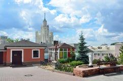 Moskva Ryssland, Juni, 12, 2017 Korsa i minnet allra som begravas i den kyrkliga gården av St Peter och Paul Church på de Yauza p Arkivbild