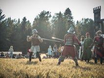 MOSKVA Ryssland-Juni 06,2016: Krigs- duell av två medeltida spearmankrigare Motståndare med spjutet i therhänder slåss på arenan Royaltyfria Foton