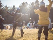 MOSKVA Ryssland-Juni 06,2016: Krigs- duell av två medeltida spearmankrigare Motståndare med spjutet i therhänder slåss på arenan Royaltyfri Foto