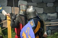 MOSKVA Ryssland-Juni 06,2016: Krigs- duell av två medeltida teutonic krigare Oavkortad pansarkamp för riddare med svärd på arenan Arkivbilder