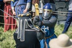 MOSKVA Ryssland-Juni 06,2016: Krigs- duell av två medeltida teutonic krigare Oavkortad pansarkamp för riddare med svärd på arenan Arkivfoton