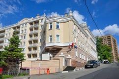 Moskva Ryssland, Juni, 12, 2017 Modernt hus nummer 10 i den Bolshoy Nikolovorobinsky nivån i sommar Fotografering för Bildbyråer