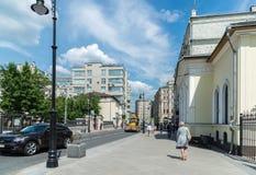 Moskva Ryssland - Juni 02 2016 Myasnitskaya gata - en gata i den historiska mitten av staden Arkivfoton