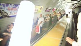 MOSKVA RYSSLAND - JUNI 2013: Passagerare för dagligt livMoskvatunnelbana arkivfilmer