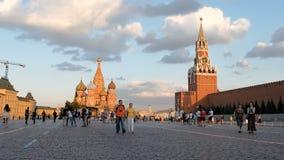 MOSKVA RYSSLAND - JUNI 23, 2016 personer går på röd fyrkant i aftonen stock video