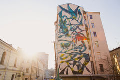 Moskva Ryssland, Juni, 20, 2015 Rysk plats: Härliga grafitti med exotiska fåglar och växter från Antonio Correia (pant0ni0) in Royaltyfria Foton