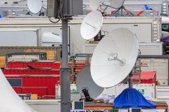 Moskva Ryssland - Juni 21, 2018: Satellit- disk av den mobila TVstudiocloseupen på röd fyrkant i Moskva arkivbild