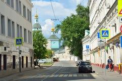 Moskva Ryssland, Juni, 12, 2017, Serebryanichesky gränd i sommar i molnig dag Byggnader av 18-19 århundraden Arkivbild